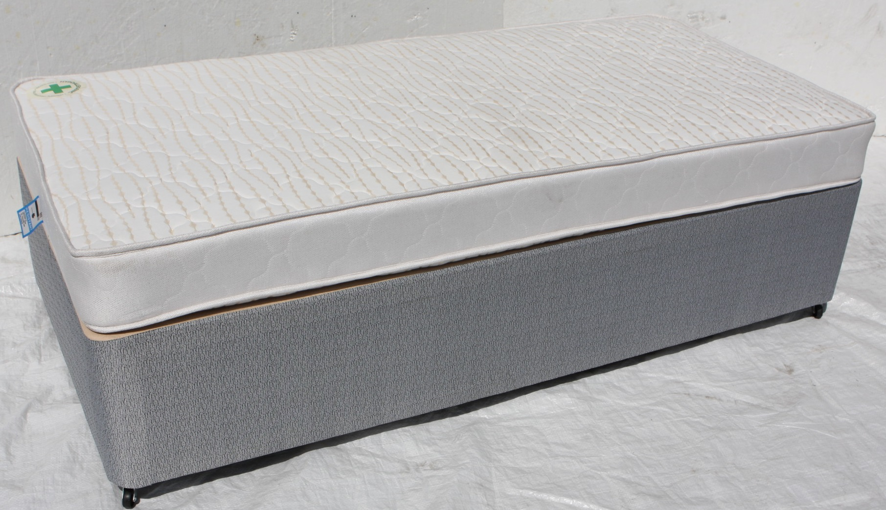 small single bed with mattress 2ft6 divan bed quilt